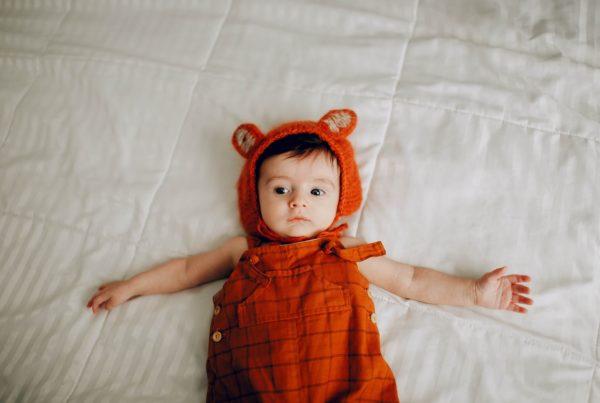 Bebe disfrazado de oso rojo
